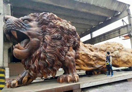 «شیر غول پیکر شرقی»، بزرگترین مجسمه ساخته شده از «سرخ چوب» در دنیا