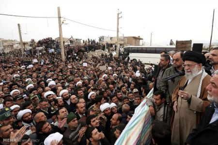 رهبرانقلاب در جمع مردم زلزلهزده: انسانهای دلاور حادثه را مغلوب خود می کنند