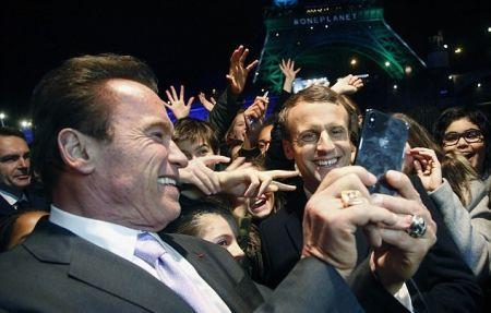 اخبار,اخبارفرهنگی وهنری,سلفی آرنولد و رئیسجمهور فرانسه مقابل برج ایفل
