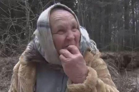 این پیرزن فقط شن میخورد