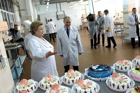 اخبار,عکس خبری,بازدید متفاوت پوتین از یک کارخانه کیک و شیرینیپزی