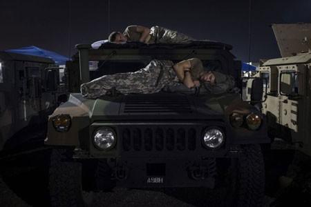 عکسهای جالب,عکسهای جذاب,خوابیدن دو نظامی