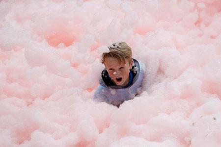 عکسهای جالب,عکسهای جذاب,کودک در میان انبوهی از کف