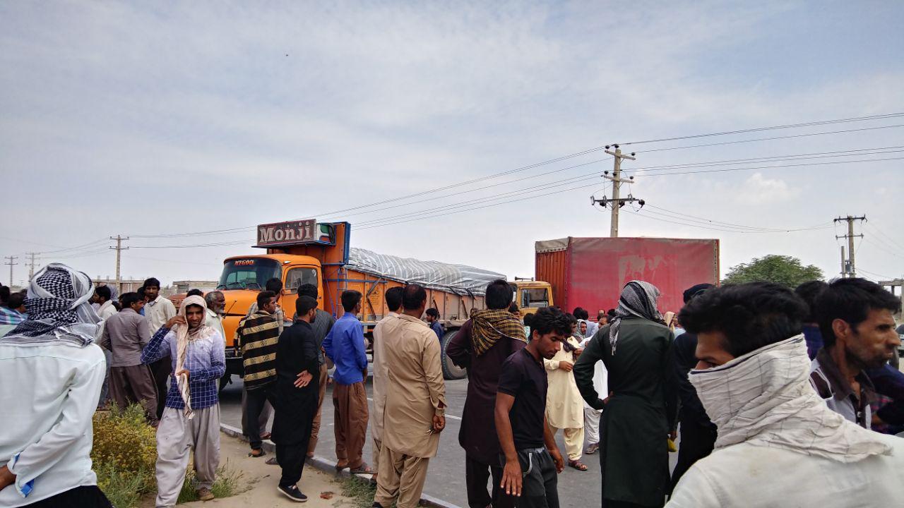 بستن جاده جنوب کرمان به وسیله کشاورزان /عکس