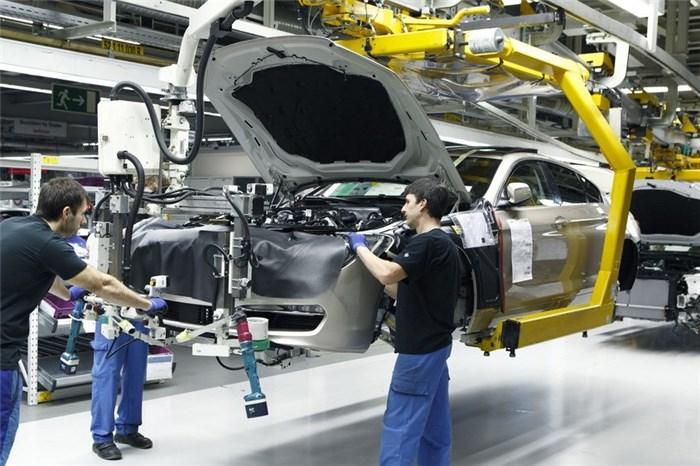 چرا خودروسازها اصرار دارند قیمت ها آزاد شود؟