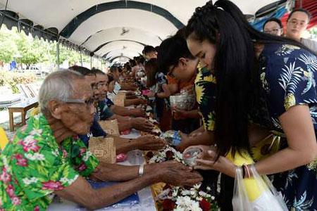 عکسهاي جالب,عکسهاي جذاب ,شستشوي دستهاي سالمندان