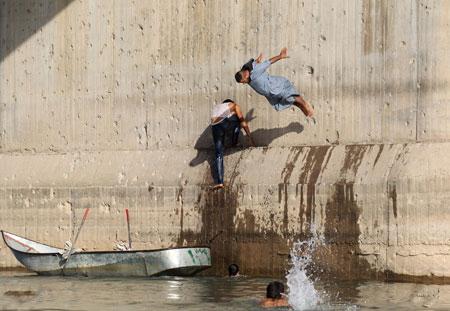 عکسهای جالب,عکسهای جذاب,شنای مردم رقه