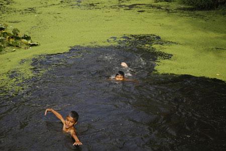 عکسهای جالب,عکسهای جذاب,شنای پسران کشمیری