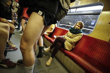 عکسهای جالب,عکسهای جذاب,مترو سواری بدون شلوار