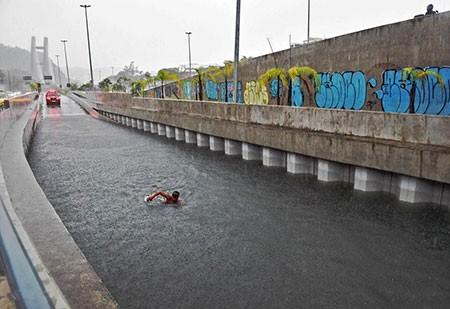 عکسهای جالب,عکسهای جذاب,شنا در تونل