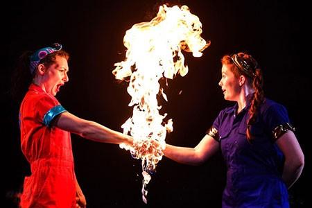 عکس های جالب و دیدنی روز؛ ازدو زن با دستان آتش گرفته تا اثر هنری با گل