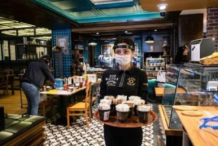 عکس های دیدنی وجالب روز؛ ازصف طولانی مشتریان  شعبه برند مبلمان ایکیا تا غارت شبانه فروشگاه سیگار