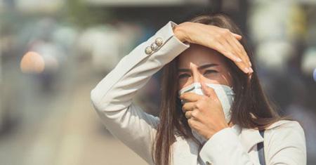 آلودگی هوا مشکلاتی مثل نفس تنگی ، بیماری آسم، خس خس کردن سینه، بیماری های قلبی و عروقی ایجاد می کند، ولی باید گفت که آلودگی هوا تنها بر سلامت جسم تاثیرگذار نیست. آلودگی هوا علاوه بر سلامت جسم، سلامت روان تحت تأثیر قرار می دهد.