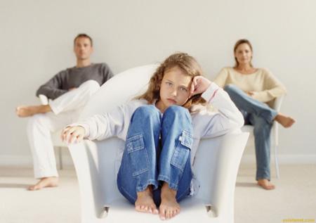 تک فرزندی انتخابی است که این روزها برای بسياري از زوجین بصورت یک اجبار تحمیل می شود.حال آن که تک فرزندی علاوه بر فواید، سختی های خاص خود را پدید می آورد. در این مقاله به بررسی تک فرزندی و تأثیرات آن می پردازیم.