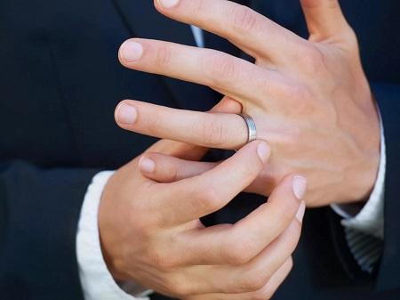 حلقه ازدواج, دست نکردن حلقه ازدواج,استفاده مردان از حلقه