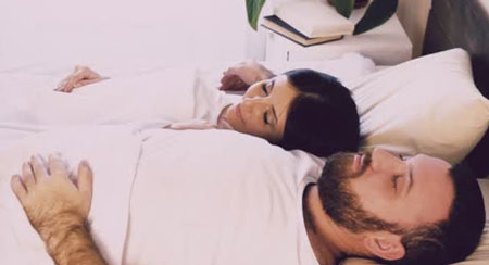 خوابیدن زن و شوهر کنار هم,نحوه ی خوابیدن زن و شوهر،پوزیشن خوابیدن زن و شوهر