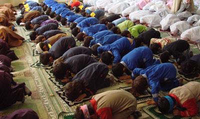 فاصله زن و مرد در نماز ,فاصله زن و مرد در نماز