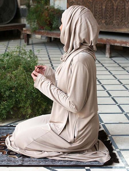 خواندن نماز با مانتو, خواندن نماز با مانتو چه حکمی دارد, حکم خواندن نماز با مانتو