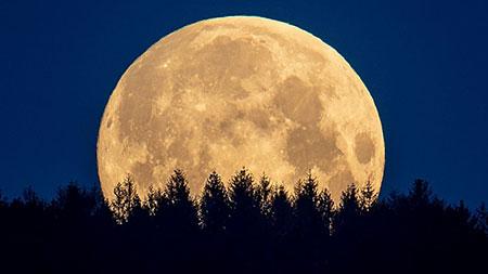عكس كره ماه,ماه چيست