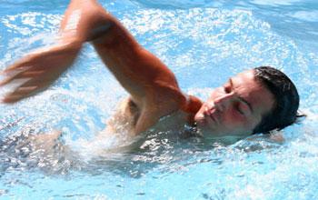 شنا, خارش بدن, علت خارش بدن پس از شنا کردن