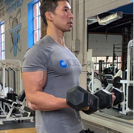 آموزش نحوه صحیح انجام حرکتِ جلو بازو لاری, حرکت جلو بازو لاری با دستگاه سیم کش, جلو بازو لاری ایستاده