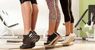 ورزش در محل کار .کشيدن ساق پا . مجله اينترنتي هلو