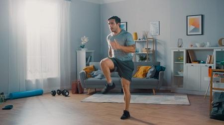 گرم کردن برای پیاده روی در منزل , پیاده روی در منزل برای لاغری , پیاده روی در خانه چقدر کالری میسوزاند