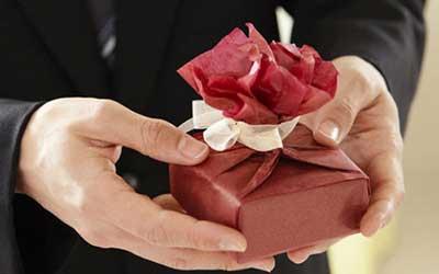 دادن هدیه به همسر